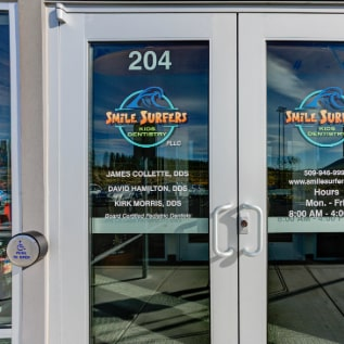 Front door entrance to Smile Surfers Richland